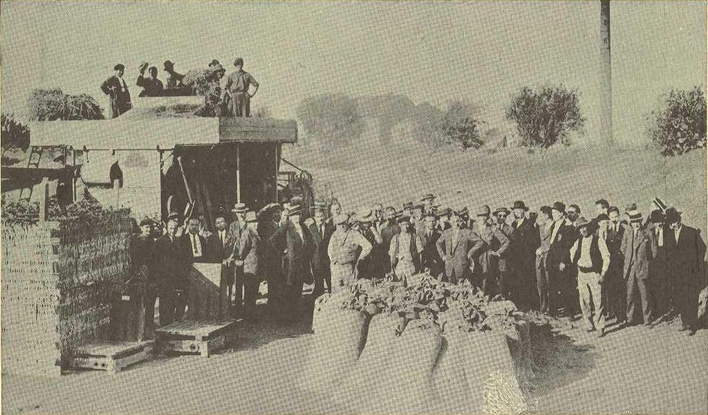 La Granja 1930 - Lección práctica de trilla mecánica