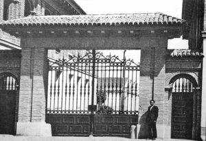 TUDOR 1950 _ Imagen de la puerta principal de acceso a la… _ Flickr_files