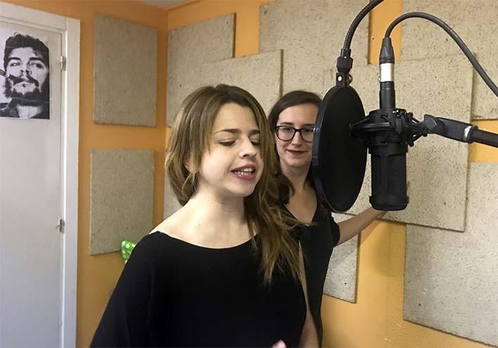 Fany de Pablos y Alba Navarro. Grabacion de un fragmento de Unos cuantos piquetitos (Radio la Granja, 20 mayo 2018)